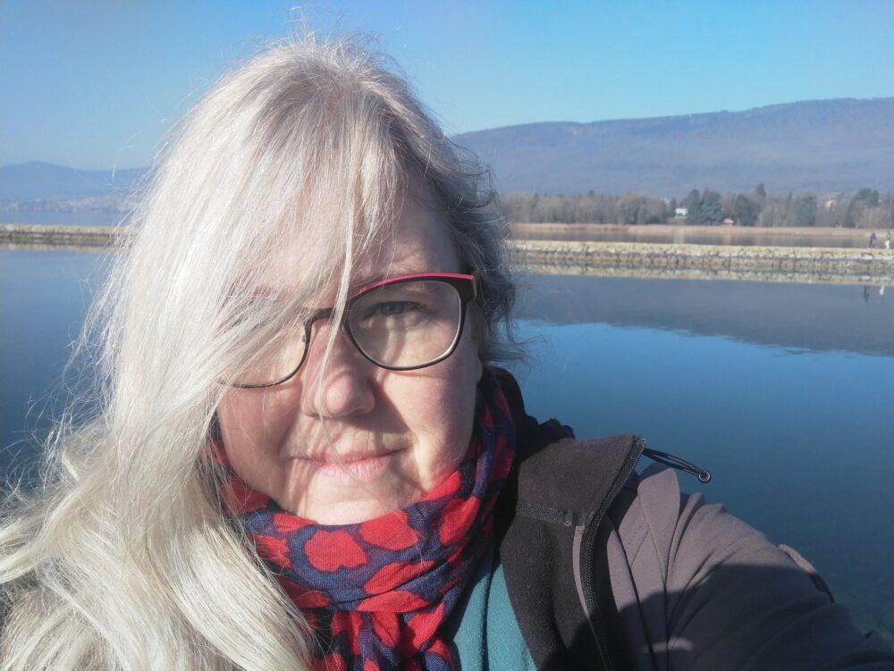 Selfie de Katharina devant le lac de Neuchâtel à La Tène
