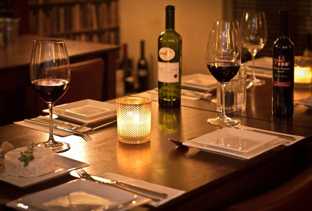 table couverte avec vin et bougies